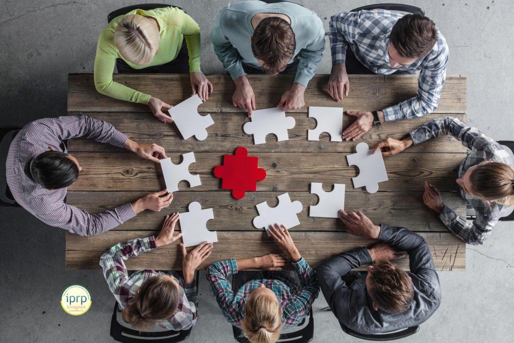 Table avec des personnes qui essaient de faire un puzzle