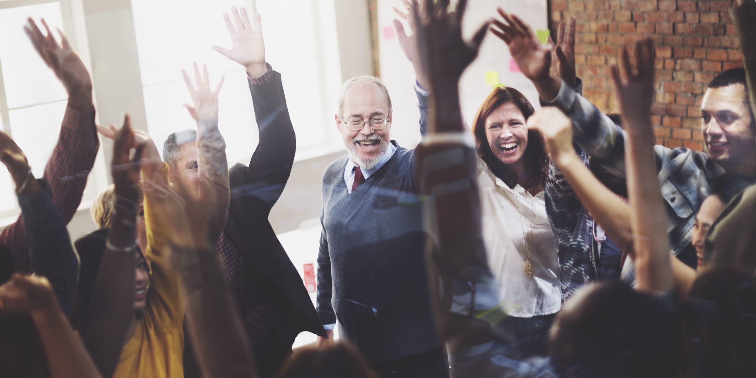équipe hommes et femmes heureux au travail confiance en eux