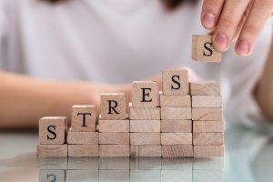 stress Cubes de bois avec écriture de stress