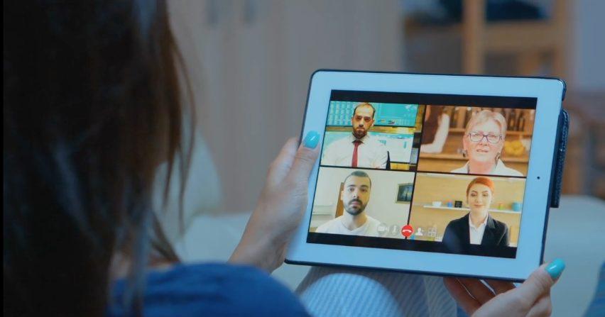 vidéo conférence sur une tablette bleue