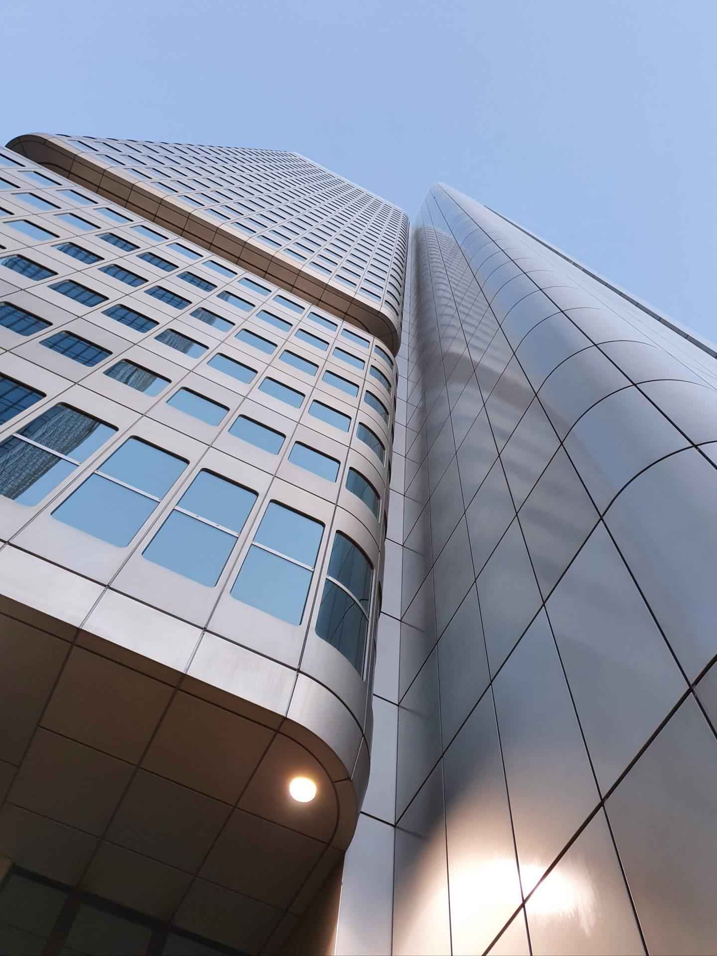 Immeuble de bureaux avec vue sur ciel bleu