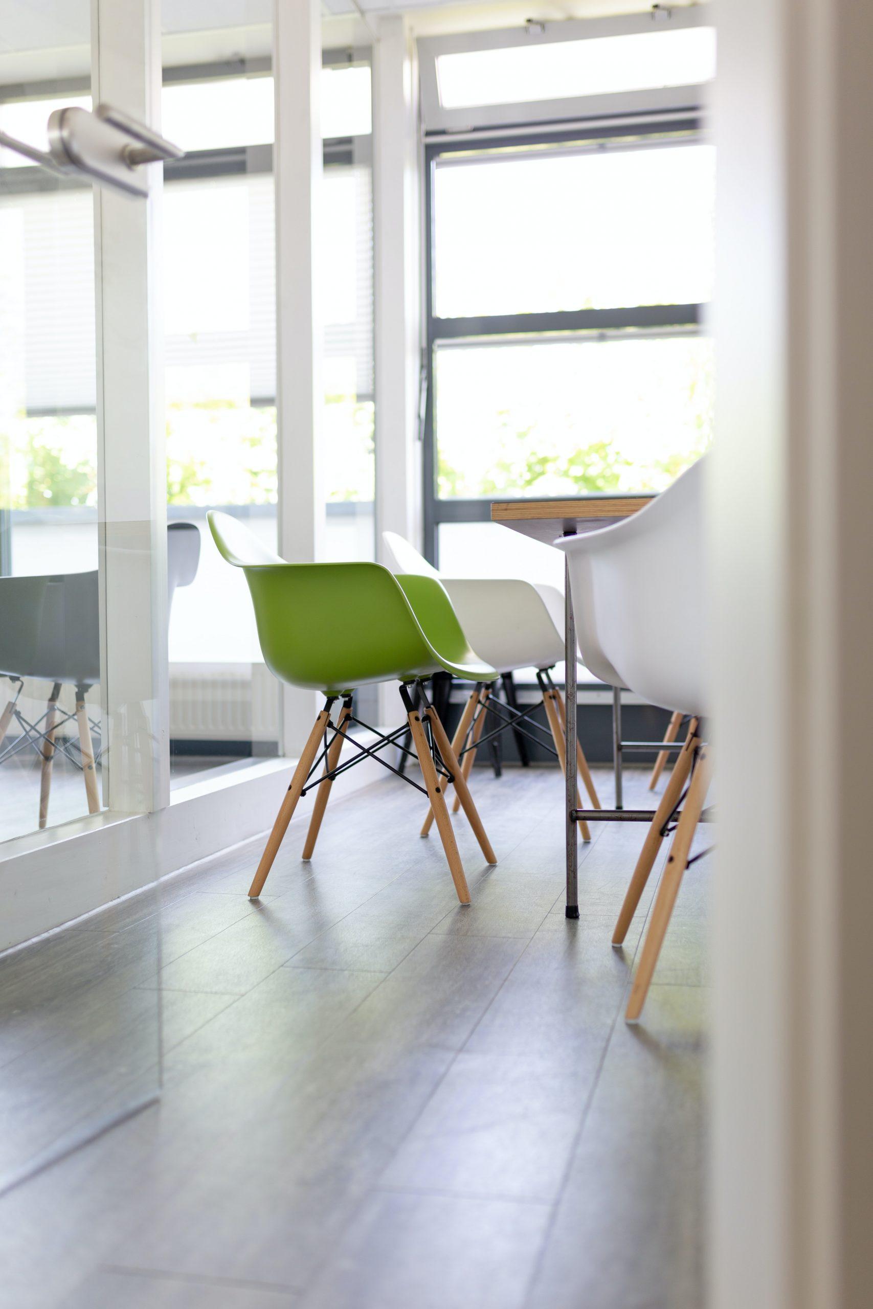 chaise verte avec personne absentéisme