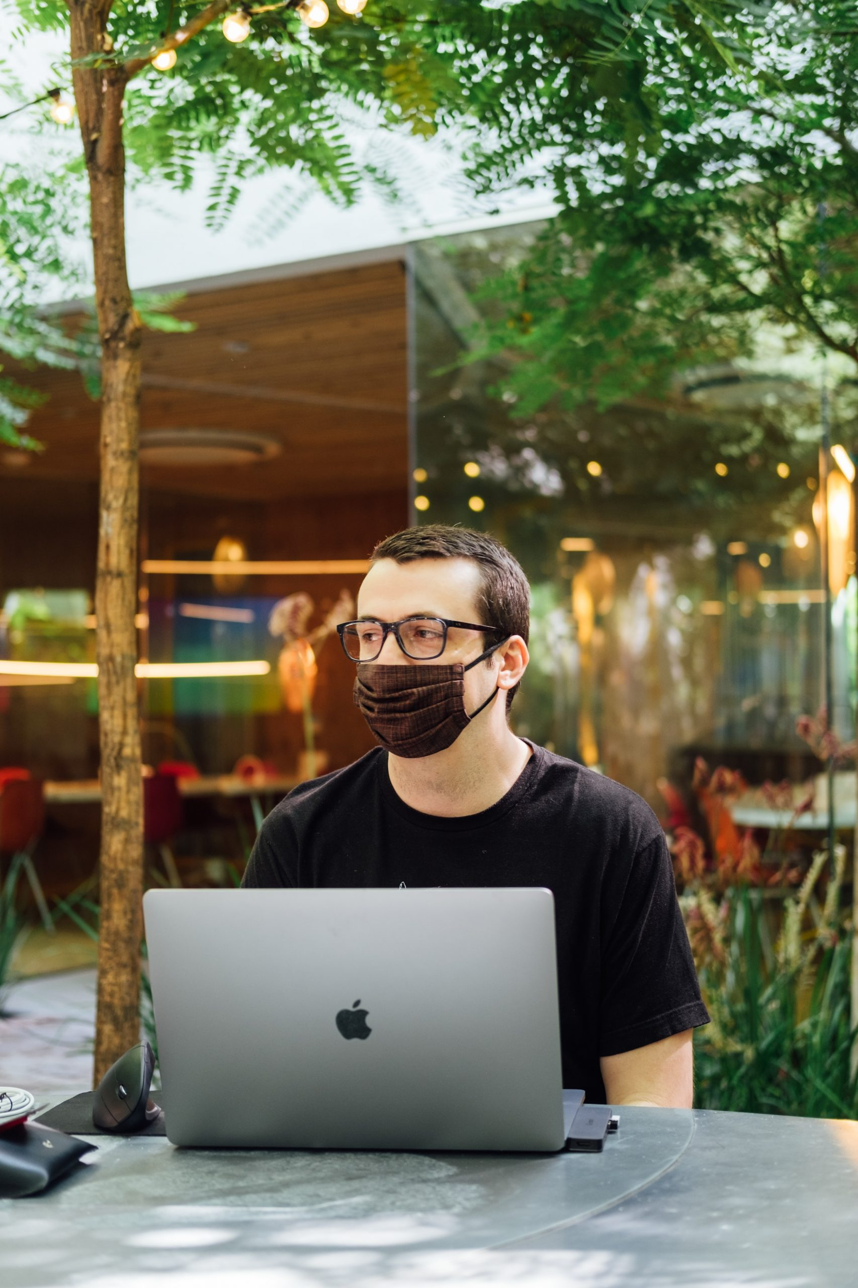 travailleur avec masque et ordinateur portable en extérieur sur les RPS