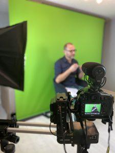 caméra qui filme enregistrement sur fond vert formation étude de cas en ressources humaines