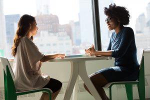 Deux femmes assises face à face pour un entretien